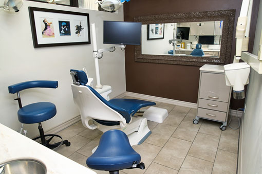 office-toronto-dentist-pstient-doctor-room
